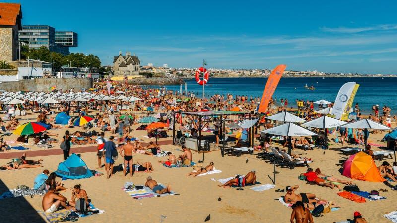 在夏天期间,拥挤沙滩在里斯本,葡萄牙附近的卡斯卡伊斯 这个海滩叫作普腊亚da康塞桑 库存图片
