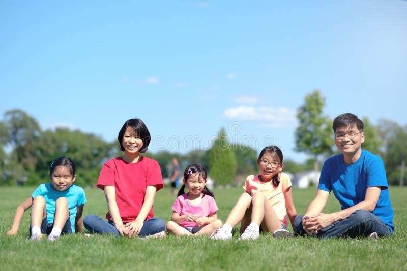 在夏天期间,有户外孩子的幸福家庭 库存图片