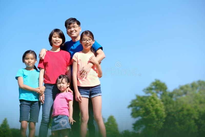 在夏天期间,有户外孩子的幸福家庭 库存照片