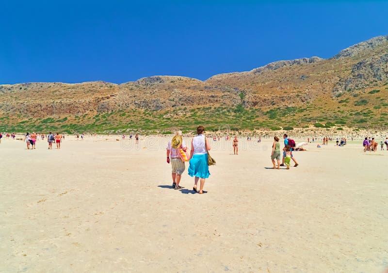 在夏天期间,游人到达一个沙滩 图库摄影