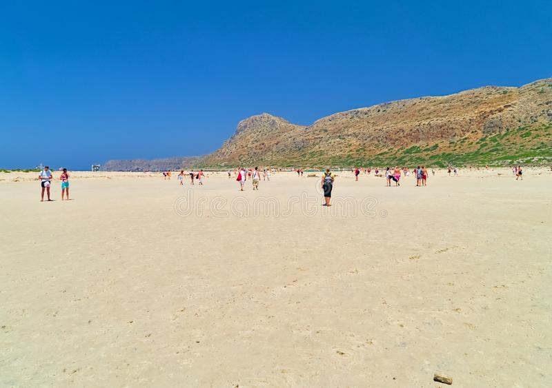 在夏天期间,游人到达一个沙滩 库存照片