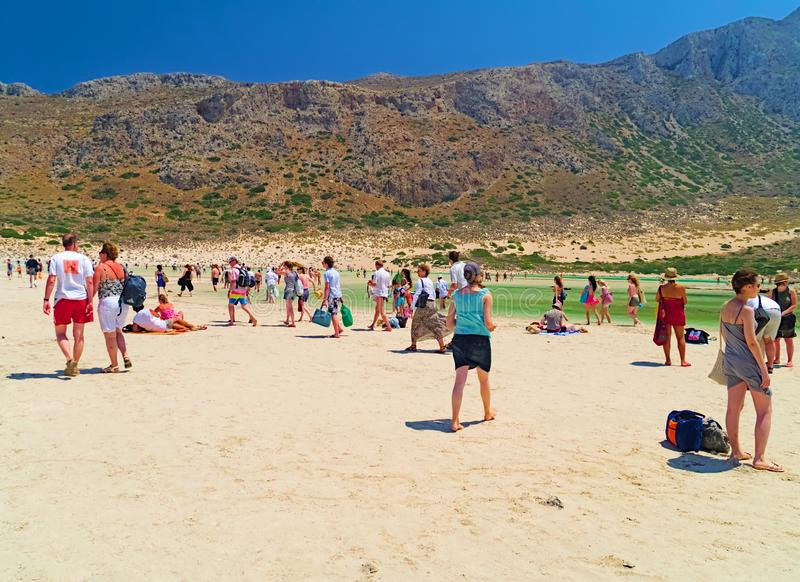 在夏天期间,游人到达一个沙滩 免版税图库摄影