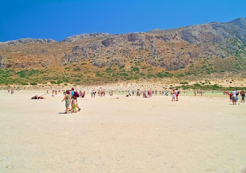 在夏天期间,游人到达一个沙滩 库存图片