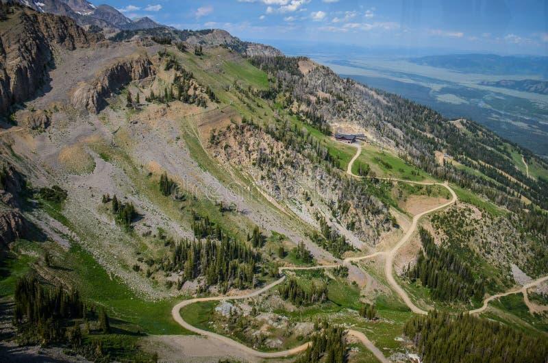 在夏天期间,足迹和土路通过盛大Tetons山在杰克逊霍尔怀俄明 鸟瞰图 免版税库存照片