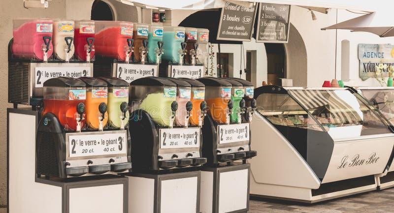 在夏天期间,雪锥体和冰淇凌卖主的前面 库存照片