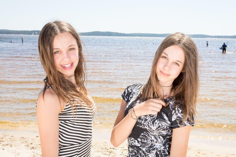在夏天海滩假期秀丽少年女孩的两姐妹孪生 库存图片