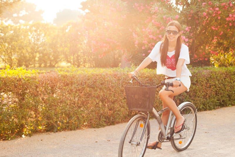 在夏天的新美好的妇女骑马bicicle 免版税库存照片