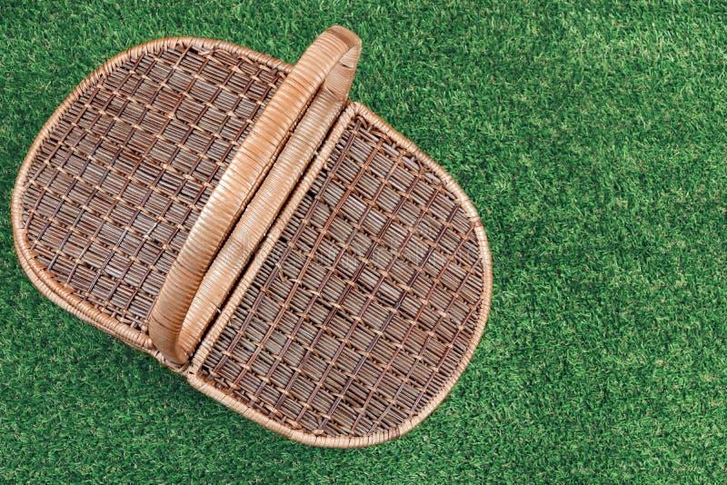 在夏天草坪的野餐篮子,顶视图 免版税图库摄影