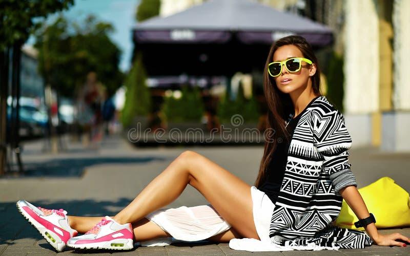 在夏天行家五颜六色的便衣的美好的年轻深色的妇女模型 免版税库存照片