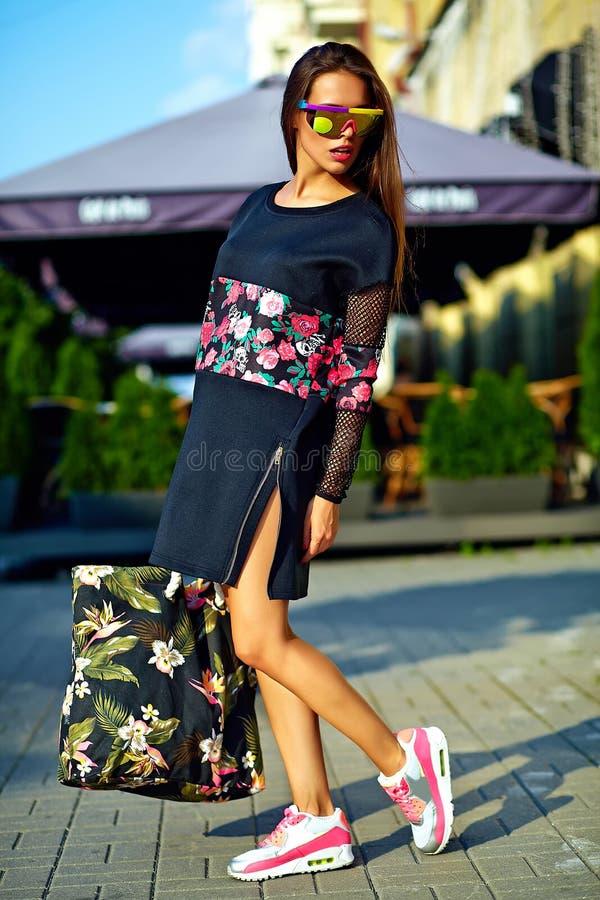 在夏天行家五颜六色的便衣的美好的年轻深色的妇女模型 免版税图库摄影