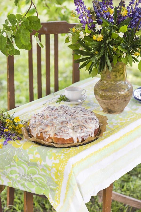 在夏天野餐的自创Cinnabon小圆面包 库存照片