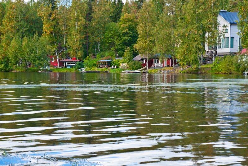 在夏天附近的村庄湖 图库摄影