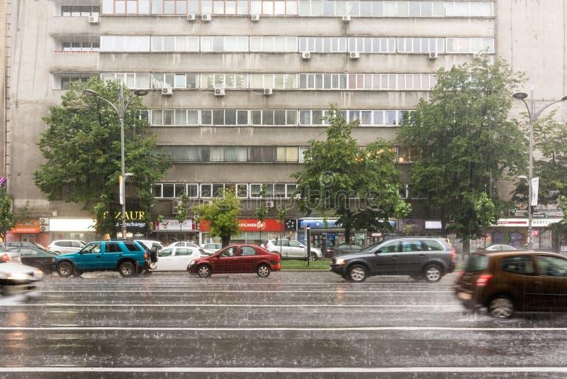 在夏天风暴期间的高峰时间交通 库存照片