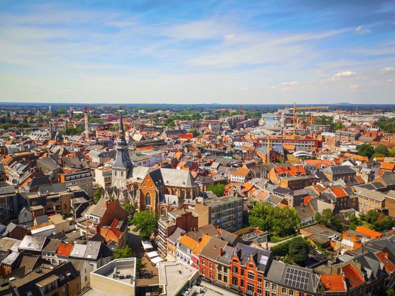 在夏天,比利时期间,哈瑟尔特与天空蔚蓝的市中心地平线 库存照片