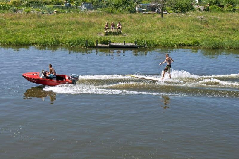 在夏天滑水竞赛的水上运动在冲浪板 免版税库存照片