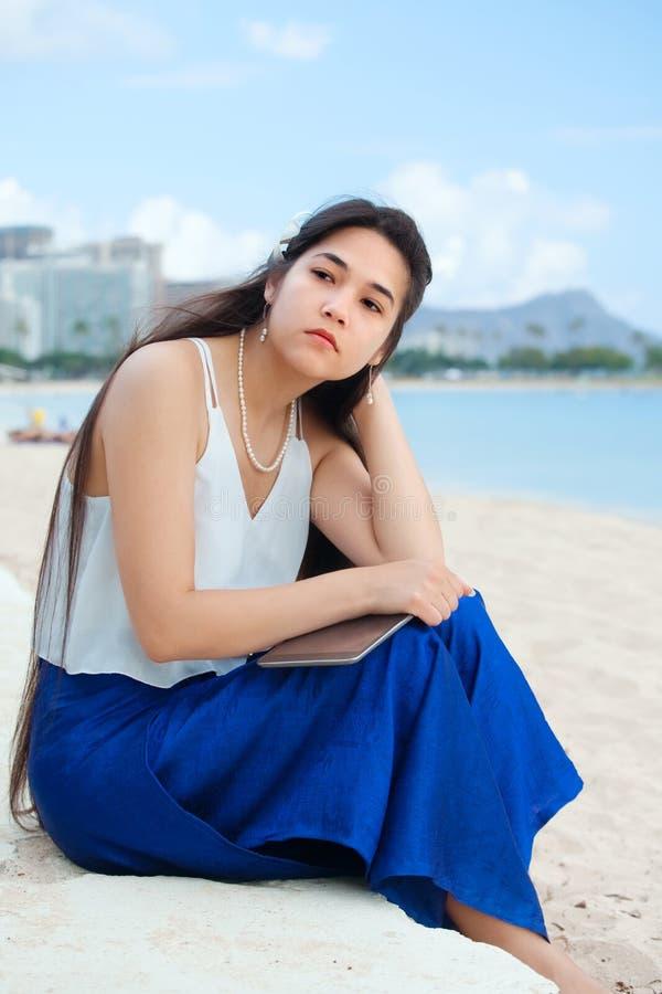 在夏威夷海滩的两种人种的青少年的开会,认为 威基基, Hono 免版税库存照片