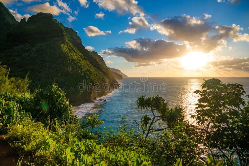 在夏威夷考艾岛Napali海岸Kalalau足迹的日落 免版税库存照片
