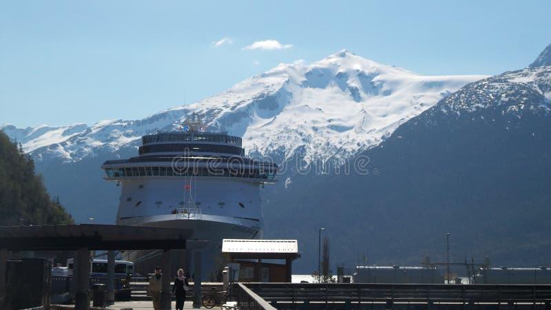 在夏季口岸的第一艘游轮在朱诺阿拉斯加 免版税图库摄影