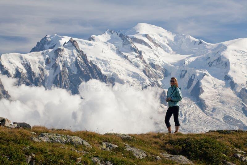 在夏慕尼谷的一幅全景从在夏天好日子 区域是普遍的勃朗峰游览,法国的阶段 免版税库存照片