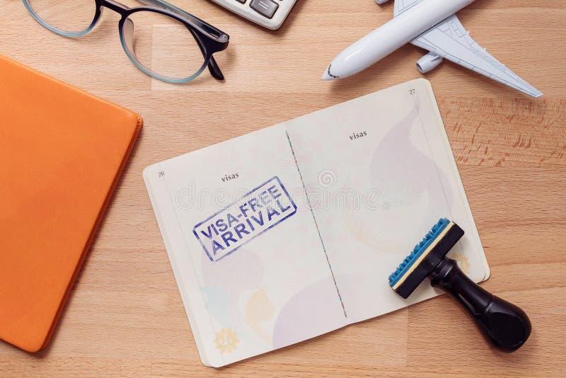 在外国护照的签证自由到来邮票与飞机模型 免版税库存照片