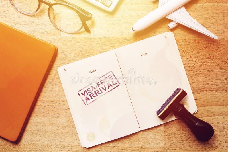 在外国护照的签证自由到来邮票与飞机模型 图库摄影