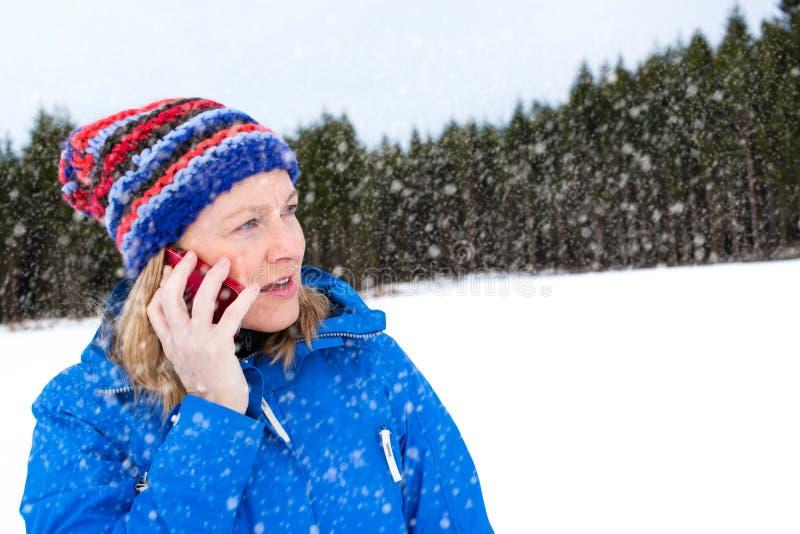 在外面她的电话的运动的妇女谈话 图库摄影