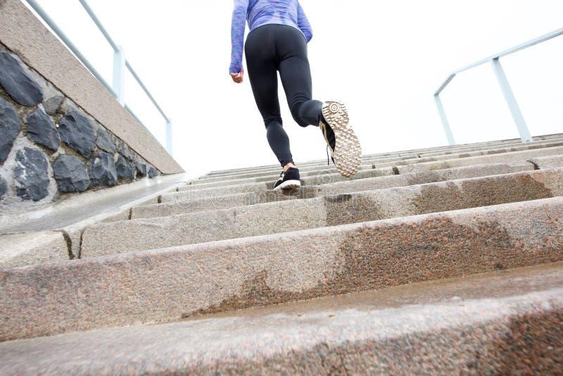 在外面湿楼梯的母赛跑者 免版税图库摄影
