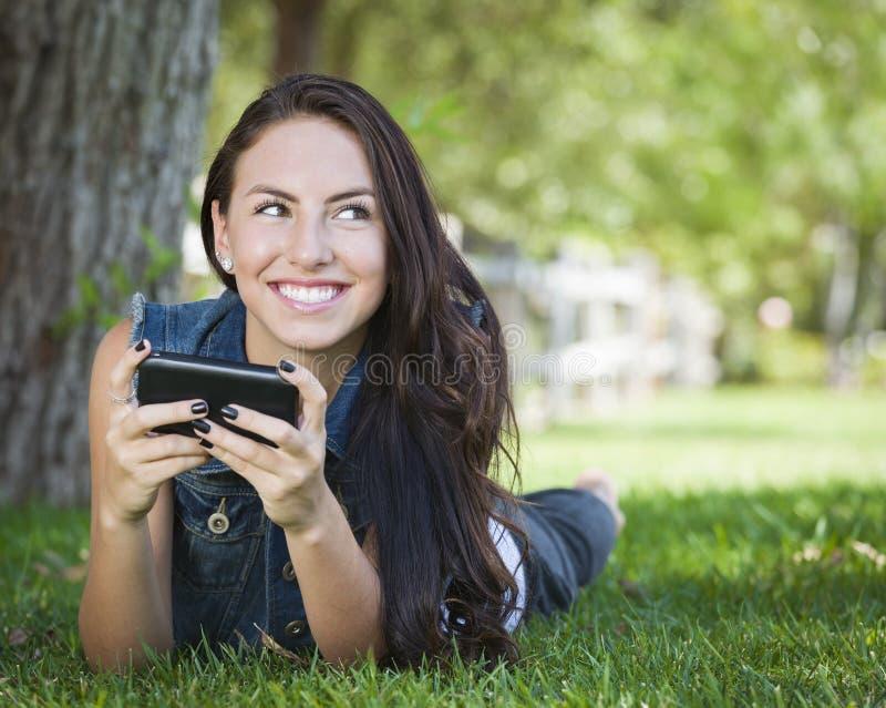 在外面移动电话的新女性Texting 免版税库存照片