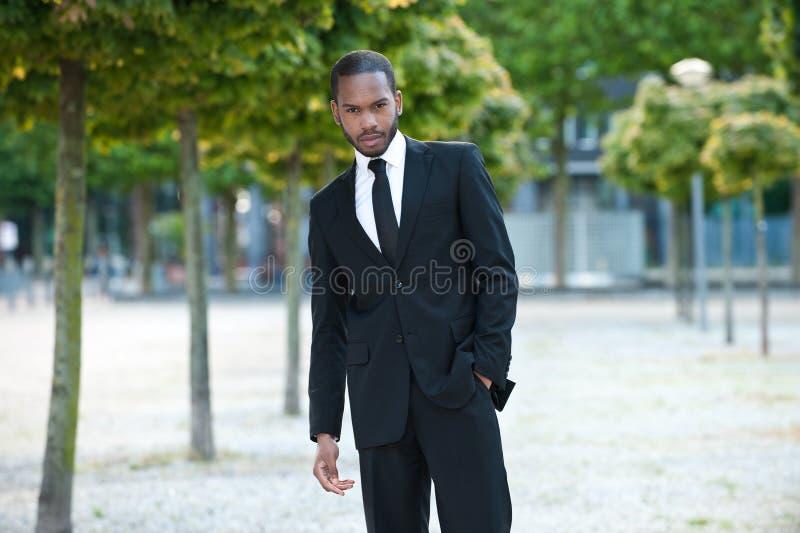 在外面诉讼的新黑色男 免版税图库摄影