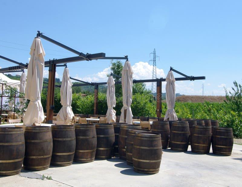 在外面露台的葡萄酒桶 免版税库存图片