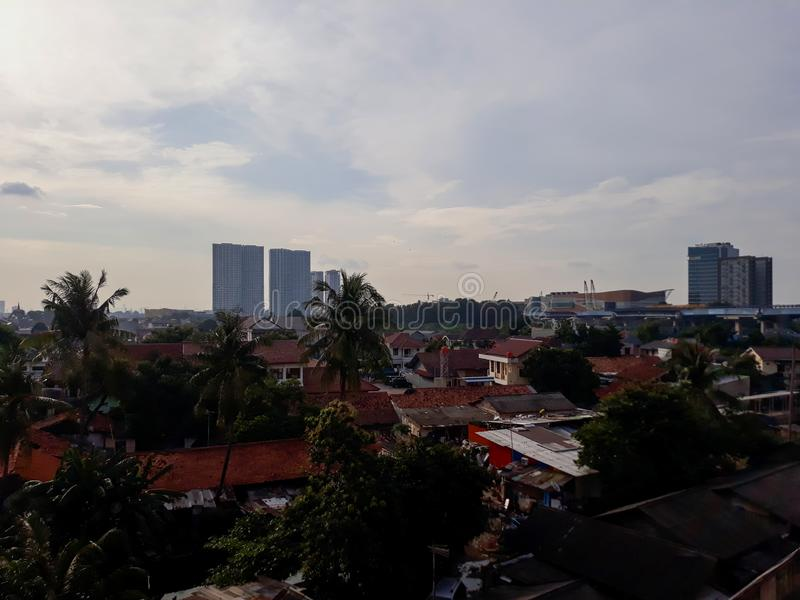 在多云和多雨日落期间的美好的都市风景 采取在街市南勿加泗,西爪哇省,印度尼西亚 库存照片