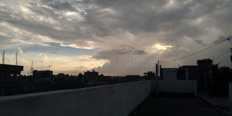 在多云天气的令人惊讶的天空视图在晚上 库存图片