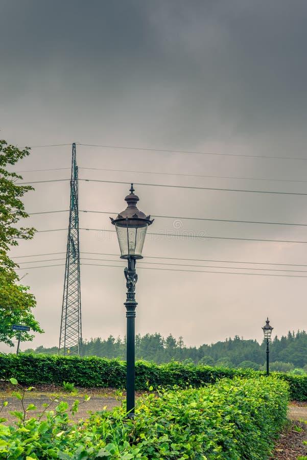 在多云天气的葡萄酒灯 图库摄影