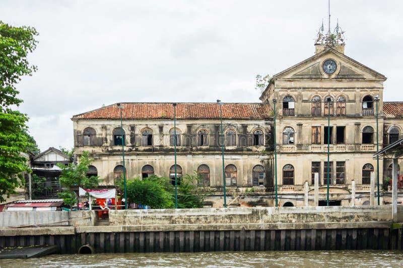 在多云天气,曼谷,泰国的豪华老豪宅河沿昭拍耶河 库存图片