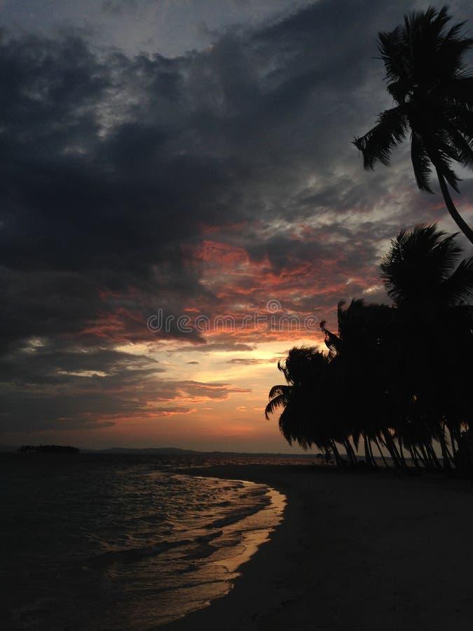在多云天空的日落在圣布拉斯海岛 免版税图库摄影