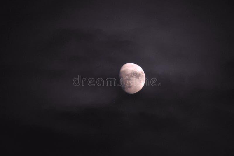 在多云天空的月亮-英国- 2018年11月 图库摄影