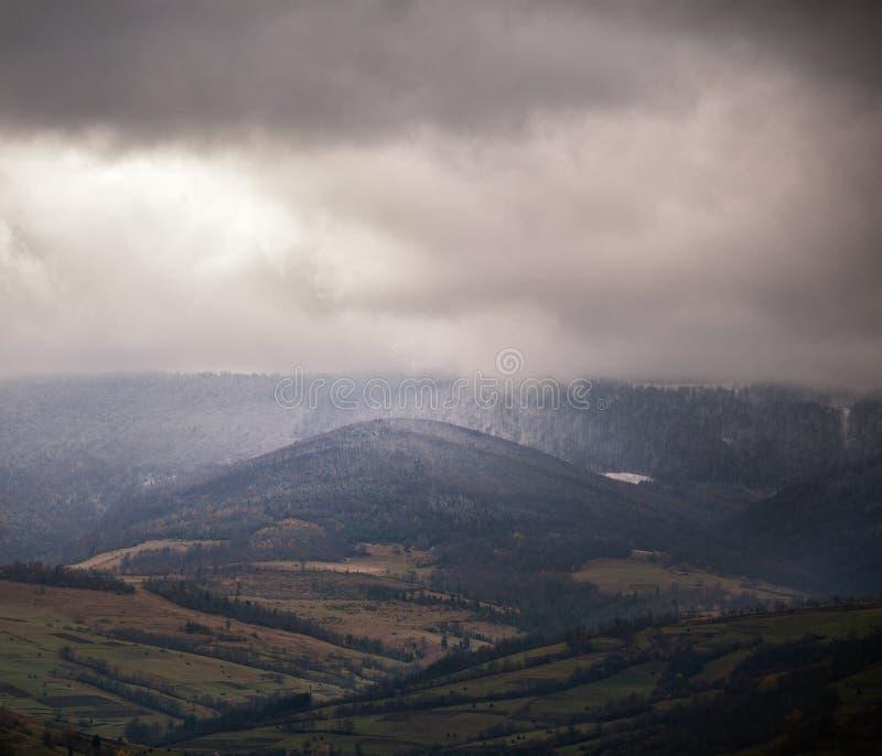 在多云山的阴暗场面 秋天雨 库存图片