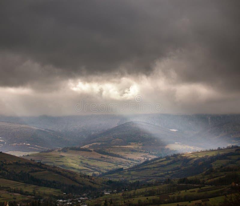 在多云山的阴暗场面 秋天雨 免版税库存图片