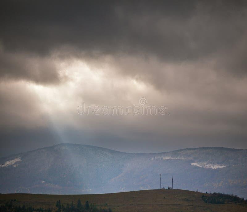 在多云山的阴暗场面 秋天雨 库存照片