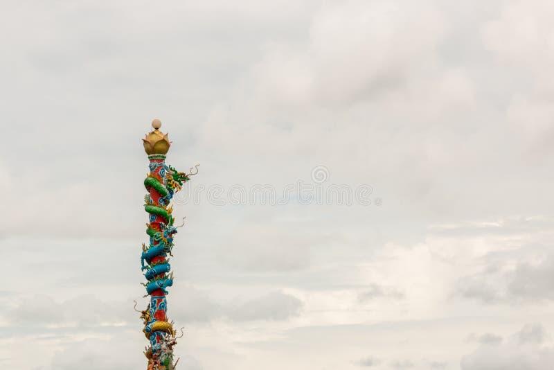 在多云红色的柱子的中国龙雕象 免版税库存照片