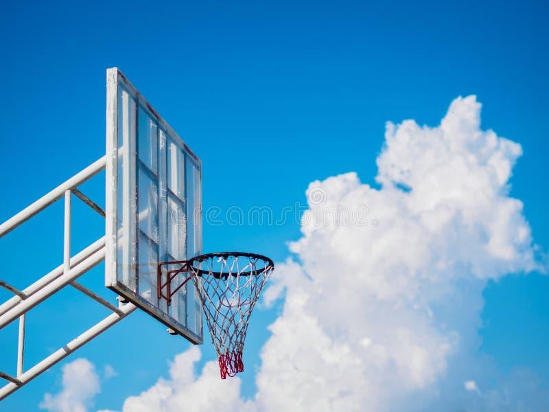 在多云蓝天背景的篮球档板 体育concep 库存图片