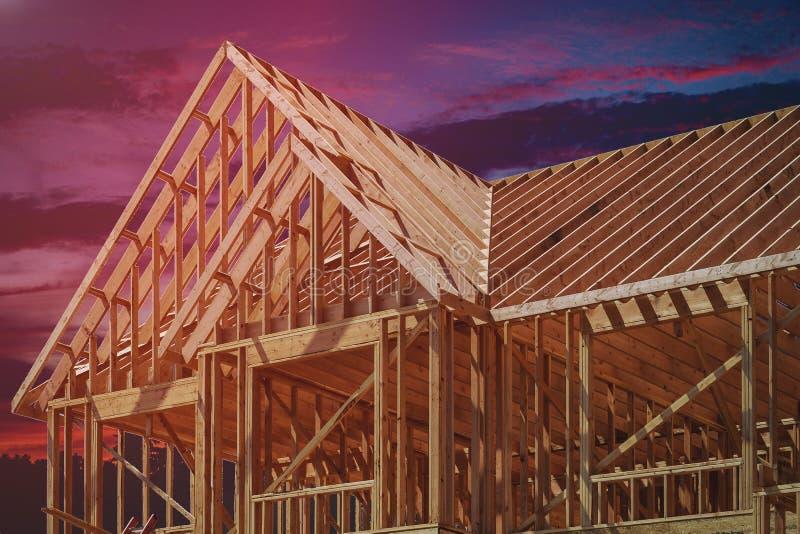 在多家庭住宅建设的木房屋结构 免版税库存图片
