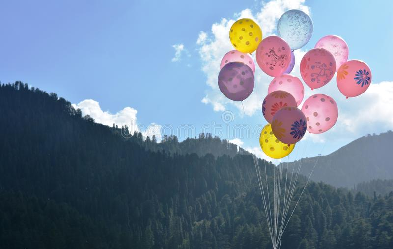 在多小山谷的Baloons 免版税图库摄影