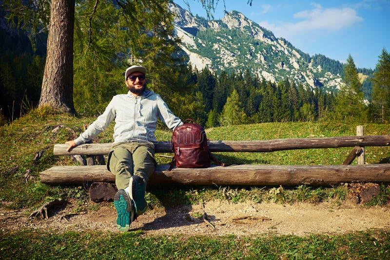 在多山步行以后供以人员放松在长凳 库存图片