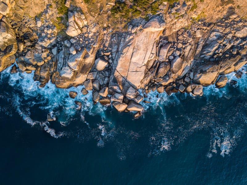 在多岩石的海滩,开普敦西开普省的看法 库存照片