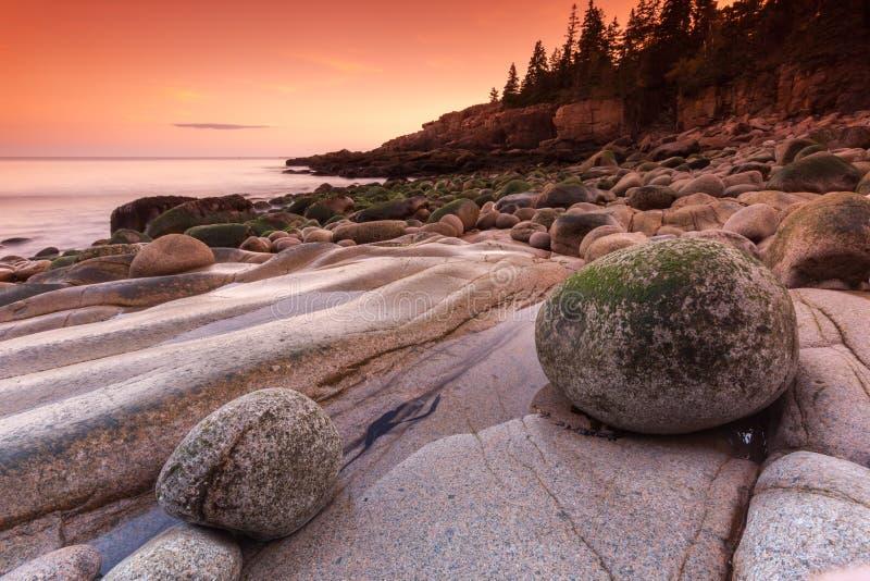 在多岩石的海滩,缅因,美国的石头 免版税库存照片