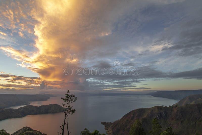 在多巴湖的金黄日出视图 免版税图库摄影