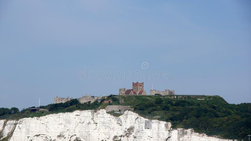 在多弗顶部白色峭壁的城堡  免版税库存照片