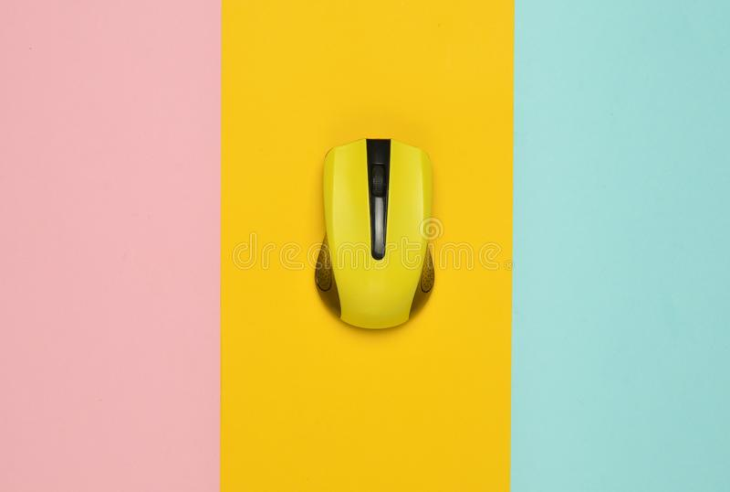 在多彩多姿的纸背景的无线老鼠个人计算机,简单派,顶视图 库存照片