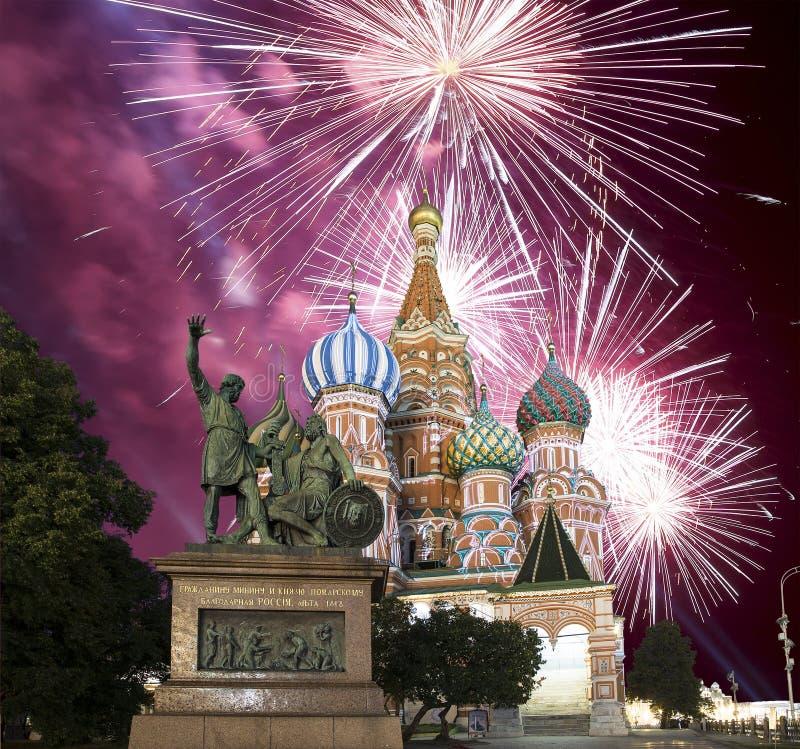 在多数圣洁Theotokos,红场,莫斯科,俄罗斯调解大教堂的烟花在护城河的 库存照片